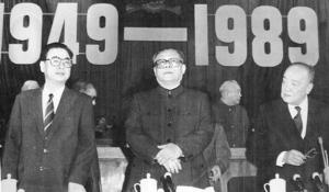 นายกฯหลี่ เผิง (ซ้าย) และประธานาธิบดี หยัง ซ่างคุน กับเลขาธิการใหญ่พรรคฯ เจียง เจ๋อหมิน ที่มหาศาลาประชาชนจีนเดือนก.ย. 1989 (แฟ้มภาพ รอยเตอร์ส)