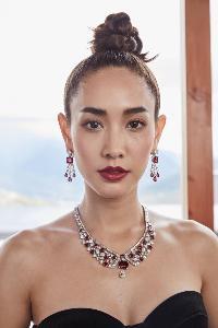 """""""มิน-พีชญา"""" ฮอตไม่หยุด! เหินฟ้าถ่ายแบบเครื่องเพชรมูลค่า2,000ล้านที่ภูฏาน"""