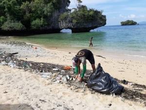 จนท. เร่งเก็บแพขยะทะเล หมู่เกาะห้อง จ.กระบี่หลังถูกคลื่นพัดขึ้นฝั่งจำนวนมาก