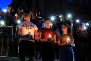 ผู้คนจำนวนมากร่วมกันไว้อาลัยให้แก่ผู้เสียชีวิตจากเหตุกราดยิงในร้านวอลมาร์ท ที่รัฐเทกซัส
