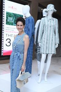 มาชิดา เตชะไพบูลย์ จั๊มสูทสีฟ้าผ้าไทยทอมือมิกซ์กับความทันสมัยของสร้อยมุกให้ลุคมาดามแบบเบาๆ