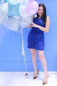 ศิลป์สุภา อภิรักษ์ทานนท์ โลกสดใสในชุดเดรสยีนส์สีฟ้าที่มีลูกเล่นการตัดเย็บสไตล์สตรีท