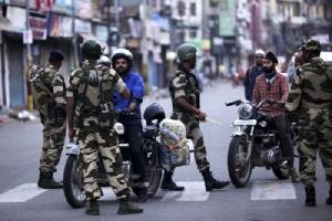 <i>เจ้าหน้าที่รักษาความมั่นคงซักถามผู้ขับขี่ยวดยานบนถนนสายหนึ่งในเมืองจัมมู วันจันทร์ (5 ส.ค.) หลังจากรัฐบาลอินเดียประกาศยกเลิกสถานะพิเศษของรัฐจัมมูและแคชเมียร์ </i>