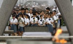 ชาวญี่ปุ่นร่วมกันสวดมนต์ภาวนารำลึกถึงผู้เสียชีวิตจากระเบิดปรมาณู ณ อนุสรณ์สถานภายในสวนสันติภาพแห่งฮิโรชิมา วันนี้ (6 ส.ค.)