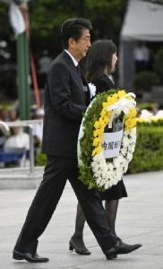 นายกรัฐมนตรี ชินโซ อาเบะ แห่งญี่ปุ่นนำพวงหรีดไปวาง ณ อนุสรณ์สถานซึ่งสร้างขึ้นเพื่อรำลึกถึงผู้เสียชีวิตจากระเบิดปรมาณูที่เมืองฮิโรชิมาในปี 1945