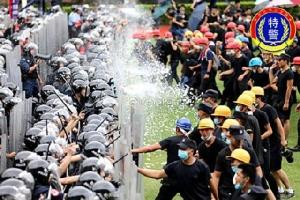 """ตำรวจจีนกว่า 12,000 คน ซ้อมปราบจลาจลในเมืองเซินเจิ้นเมื่อวันที่ 6 ส.ค. ขณะที่ผู้นำในปักกิ่งเตือนเตือนว่าฮ่องกงได้เข้าสู่ """"ช่วงอันตรายที่สุด"""" แล้วจากเหตุรุนแรงการปะทะระหว่างผู้ประท้วงต่อต้านรัฐบาลและตำรวจในดินแดน (ภาพ เวยปั๋ว)"""