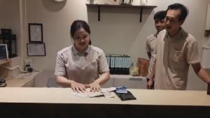 จิตใจงามแท้!! พนักงานสาวโรงแรมเมืองชะอำ เก็บกระเป๋าสตางค์ได้แจ้ง ตร.ตามหาเจ้าของ