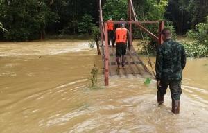 กกล.สุรสีห์ เข้าช่วยเหลือชาวบ้าน อ.สังขละบุรี หลังเจอพิษฝนถล่มติดต่อกันนานนับสัปดาห์