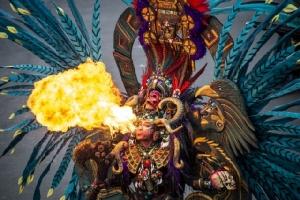 ภาพถ่ายในเมืองเจมเบอร์เมื่อวันที่ 4 ส.ค. เผยให้เห็นนักแสดงกลชาวอินโดนีเซียเล่นไฟในระหว่างงาน Jember Fashion Carnaval ในเมืองเจมเบอร์