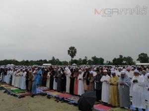 ชาวมุสลิมปัตตานีนับพันคนร่วมละหมาดกลางสนามในวันอีดิ้ลอัฎฮา