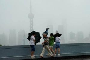 ฝนตกหนักในเซี่ยงไฮ้ขณะซูเปอร์ไต้ฝุ่นเลกิมากำลังบึ่งเข้ามา สถานีอุตุนิยมวิทยาเซี่ยงไฮ้ประกาศเตือนภัยฝนตกหนักในวันเสาร์(10 ส.ค.) –ภาพรอยเตอร์ส