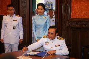 นายกรัฐมนตรีพร้อมคู่สมรส นำ ครม.ลงนามถวายพรสมเด็จพระนางเจ้าฯ พระบรมราชชนนีพันปีหลวง