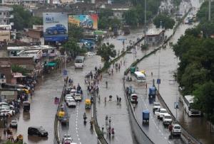 ท้องถนนในเมืองอาห์เมดาบัดของอินเดียมีน้ำท่วมสูงเนื่องจากฝนที่ตกลงมาอย่างหนัก เมื่อวันที่ 10 ส.ค.