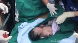 ทารกชาย สุขภาพแข็งแรง ปลอดภัยทั้งแม่และลูก หลังทำคลอดบนรถกระบะ