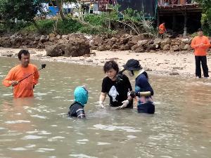 เหล่าแม่ ๆ คน ช่วยกันดูแลยามน้องมาเรียมเจ็บป่วย (ภาพ : กรมอุทยานแห่งชาติ สัตว์ป่า และพันธุ์พืช)