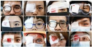 ผู้ประท้วงปิดตามาเข้าร่วมการประท้วงต่อต้านการรุนแรงของตำรวจที่สนามบิน ภาพ 12 ส.ค. (รอยเตอร์ส)