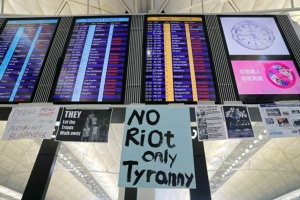 สนามบินนานาชาติฮ่องกงยกเลิกเที่ยวบินทุกเที่ยวเนื่องจากการประท้วงต่อต้านรัฐบาล ภาพ 12 ส.ค. (รอยเตอร์ส)