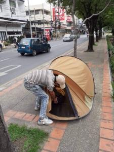 เทศกิจแค่ตักเตือน หนุ่มนักท่องเที่ยวจีนกางเต็นท์บนทางเท้าริมคูเมือง-คาดรู้เท่าไม่ถึงการณ์