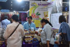 ผู้ประกอบการ สินค้าโอทอป  ยิ้ม คนไทยนิยมสินค้างานฝีมือ  ช้อปปิ้งกระตุ้นเศรษฐกิจงาน OTOP ประทีปไทยที่เมืองทองธานีกันคึกคัก