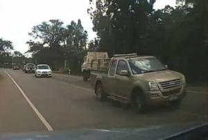 (ชมคลิป)รุมประณามยับ! แชร์ว่อนรถบรรทุกดินซิ่งข้ามเลนวิ่งสวนทางท้านรก หวิดชนสยองหักหลบระนาว