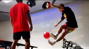 """ลีลาชวนทึ่ง!! """"จัสติน บีเบอร์"""" เดาะบอลขั้นเทพ แข่งกีฬาลูกผสม """"ฟุตบอล-ปิงปอง"""""""