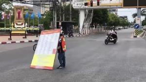สาววิน จยย.รับจ้างหน้า ม.บูรพา ยืนถือป้ายประท้วง ผวจ.ชลบุรี  กลางถนน