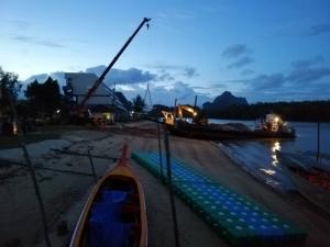 ชาวบ้านโวยรถบรรทุก-เรือขนวัสดุก่อสร้างบนชายหาด