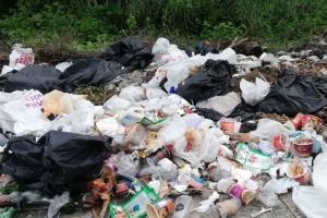 งามหน้า! ลักลอบทิ้งขยะเกลื่อนถนนใกล้ศูนย์ราชการกระบี่ พบถุงพลาสติก-โฟมโผล่ในทะเล