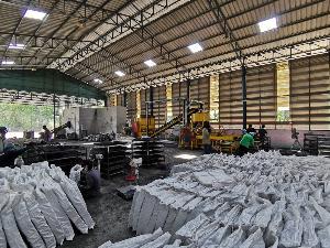 อีอีจี ฯ นวัตกรรมถ่านไม้อัดแท่งเศษไม้ยางพารา ฝีมือคนไทยทะยานสู่ตลาดโลก