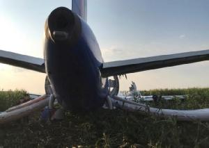 In Pics&Clips: ภาพน่าทึ่ง-คลิปนาทีระทึก!!เครื่องบินโดยสารลงจอดฉุกเฉินกลางทุ่ง หลังฝูงนกถูกดูดเข้าเครื่องยนต์