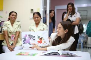 """นางเอกตัวจริง! """"มิน พีชญา"""" มอบเงิน-ให้กำลังใจผู้ป่วยเด็กโรงพยาบาลรามาฯ"""