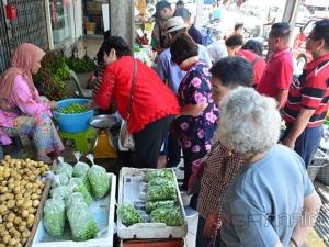 นักท่องเที่ยวมาเลเซียแห่ซื้อสะตอของฝากจากเบตงช่วงวันหยุดสุดสัปดาห์
