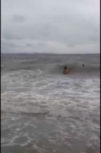 (ชมคลิป) เผยคลิปพลเมืองดีช่วย ด.ญ. 9 ปี จมน้ำชายหาดบางแสน รอดหวุดหวิด