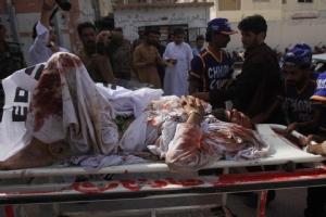 อาสาสมัครเร่งรีบนำผู้บาดเจ็บส่งโรงพยาบาลในเมืองเควตตา (Quetta) หลังระเบิดอานภาพร้ายแรงถูกจุดชนวนภายในมัสยิดที่ตั้งบริเวณชานเมือง สังหารคนไปเป็นจำนวนมากและรวมไปถึงผู้บาดเจ็บที่เดินทางมายังมัสยิด  ภาพวันศุกร์(16) ภาพรอยเตอร์