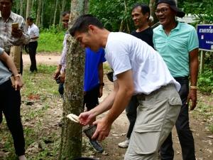 """""""ธนาธร"""" ลงพื้นที่พบปะเครือข่ายกลุ่มชาวสวนปลูกไม้แซมยางใน จ.พัทลุง"""