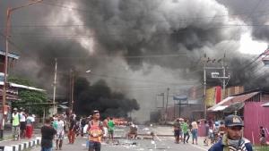 """In Clip: ผบ.ตำรวจอินโดฯยืนยัน ควบคุมพื้นที่ได้แล้วหลัง """"รัฐสภาจังหวัดปาปัวตะวันตกถูกเผา"""" เหตุนักเรียนชาวปาปัวถูกเหยียดสีผิว"""