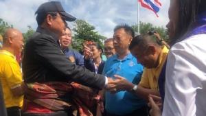 """เอาแล้ว! 2 ส.ส.เพื่อไทยโผล่ต้อนรับนายกฯ """"ครูมานิตย์"""" ยันยกมือให้ล้านเปอร์เซ็นต์ """"ตี๋ใหญ่"""" ขอให้อยู่ยาวเกิน 4 ปี"""