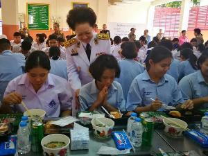 พระพันปีหลวง-ในหลวง โปรดเกล้าฯพระราชทานเลี้ยงอาหารกลางวัน แก่เด็กนักเรียนผู้บกพร่องทางการได้ยินเนื่องในโอกาสวันเฉลิมพระชนมพรรษา