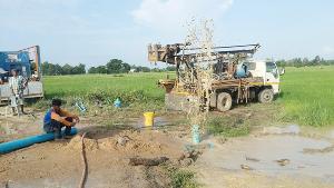 """""""พิจิตร"""" ประกาศแล้งกลางฝนแล้วกว่า 100 หมู่บ้าน ชาวนาแห่จ้างเจาะบาดาลฟื้นนาข้าว"""
