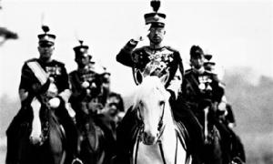 """เอกสารเผย! จักรพรรดิฮิโรฮิโตะทรงถูกห้ามไม่ให้แสดง """"ความสำนึกผิด"""" ต่อสงคราม"""