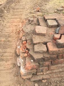วิจารณ์สนั่น! ทุบกำแพงวัดไชยฯ เดินสายเคเบิล นักโบราณคดีแจงวางสายไฟใหม่ ไม่กระทบโบราณสถาน
