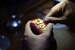 การกรีดลายเส้นไหมบนเนื้อทอง 99.9% เอกลักษณ์เฉพาะพรีม่า