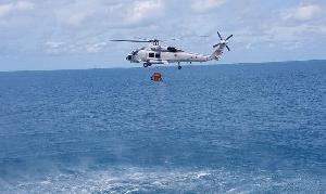 """""""บิ๊กตู่"""" บิน ฮ.ลงเรือหลวงอ่างทอง เป็น ปธ.พิธีปิดการฝึกปฏิบัติทางทะเล ปัดคุยการเมือง"""
