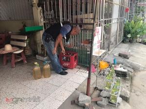 """ไม่รอช้า! ตร.ทุ่งลุงบุกจับผู้ค้า """"น้ำมันเถื่อน"""" เปิดขายกลางเมืองบ้านพรุ ยึดเบนซิน 119 ลิตร"""