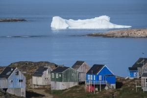ภูเขาน้ำแข็งลอยอยู่ด้านหลังของเมืองคูลูซุค บนเกาะกรีนแลนด์ ในภาพที่ถ่ายเมื่อวันศุกร์ (16 ส.ค.) ที่แล้ว ทั้งนี้ประธานาธิบดีโดนัลด์ ทรัมป์ ประกาศยกเลิกการเยือนเดนมาร์กอย่างกะทันหันในวันอังคาร (20) ภายหลังฝ่ายเดนมาร์กบอกตรงๆ ว่ากรีนแลนด์ไม่ได้มีเอาไว้ขาย
