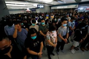 ม็อบฮ่องกงบุกประท้วงที่สถานีรถไฟใต้ดิน รำลึกครบ1เดือนถูกแก๊งเสื้อขาวทำร้าย