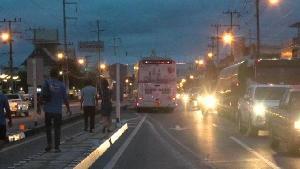 เปิดคลิประทึก! รถทัวร์ตีวงยูเทิร์น กระบะทะเบียนเชียงใหม่พุ่งชนกระเด็นข้ามเลนกลางเมืองน่าน