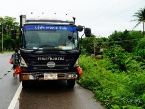 รถบรรทุกชนท้ายกระบะพุ่งตกลงคลองที่พัทลุง พลเมืองดีช่วยทัน 2 ผัวเมียแค่เจ็บ