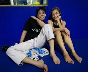 """อกหักไม่พอ """"พีช-พชร"""" หาเรื่องแขนหัก ดอดฝึก MMA กับนักสู้สาว """"ริกะ อิชิเกะ"""""""