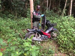 พบแล้วรถตู้ที่คนร้ายใช้ก่อเหตุปล้นร้านทองที่นาทวี พบถูกทิ้งไว้ในป่าสวนยาง